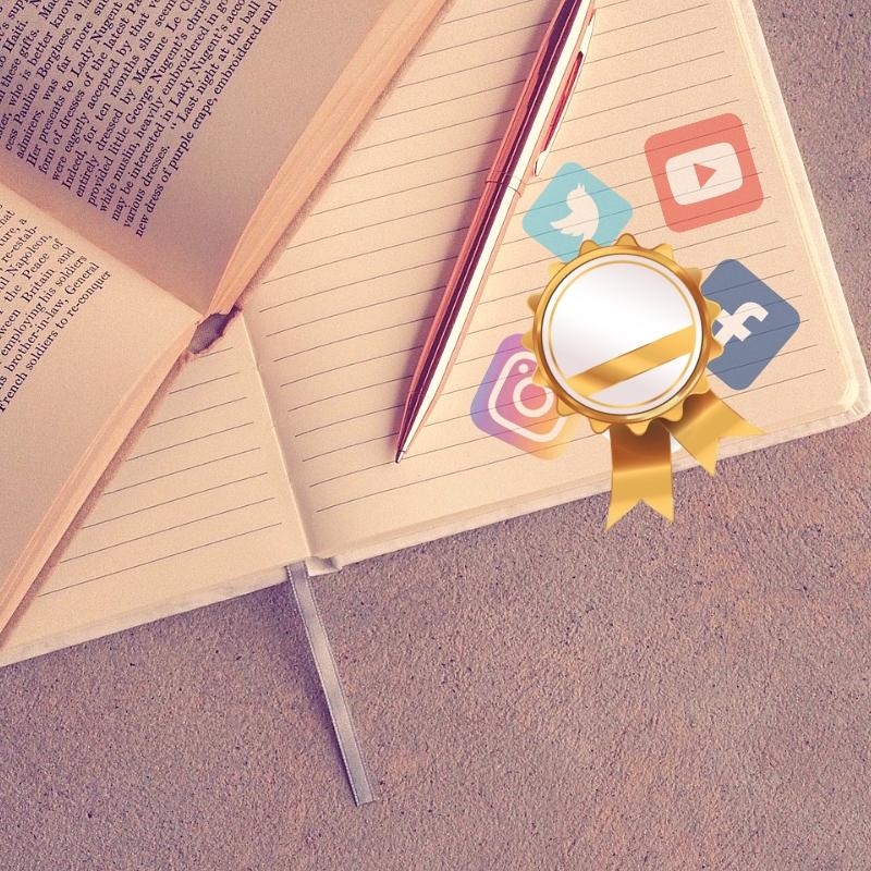 Libro sin escribir repleto de iconos de Redes sociales y una medalla