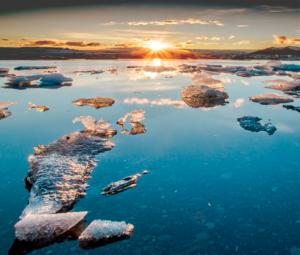 los cristales que forma el hielo sobre una laguna congelada en una puesta de sol , maravillas de la tierra