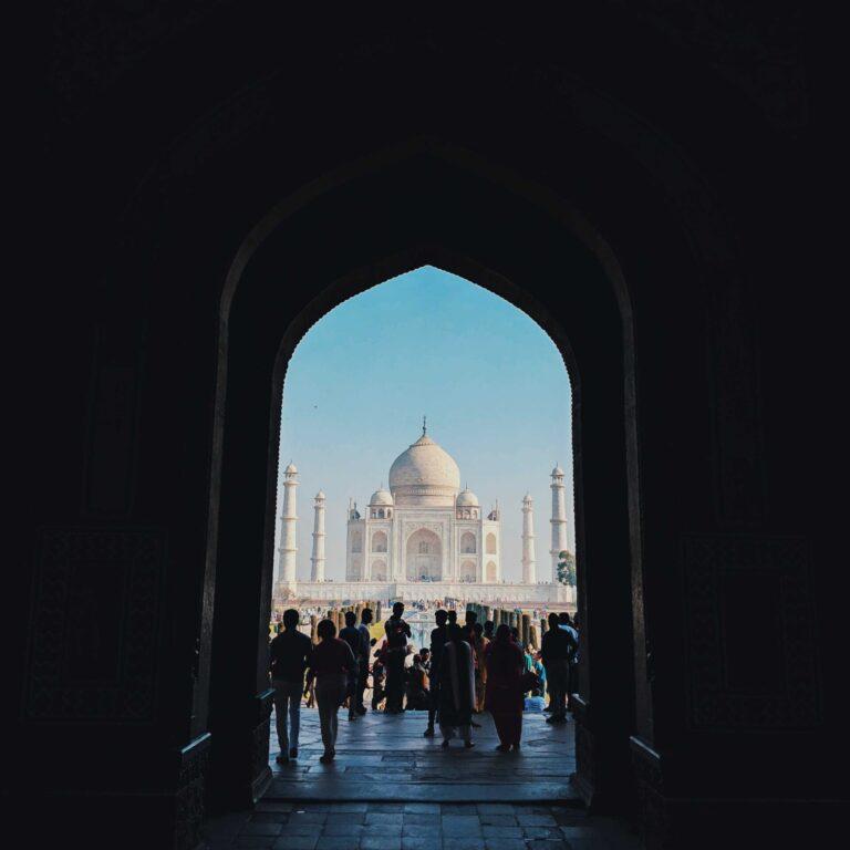 Vista frontal del Taj-Mahal en agosto